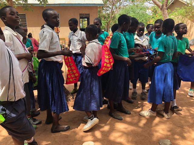 Gymnastikpåsar delas ut på Lakuyi Primary School
